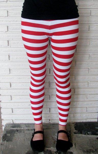 svart t-shirt med röda och vita randiga leggings och tofflor