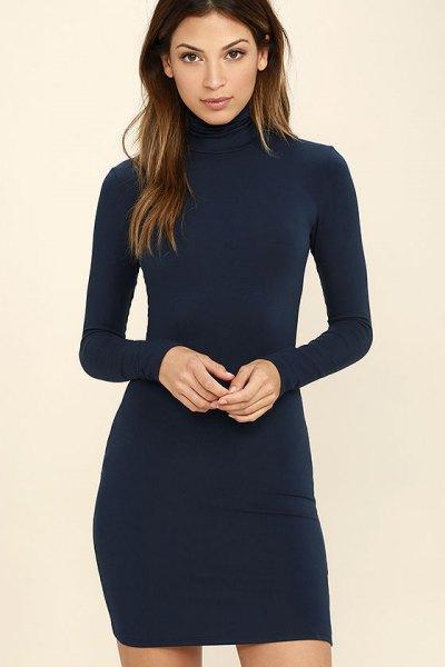 mörkblå, långärmad, figurkramande klänning