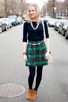 svart t-shirt med halva ärmar och grön och mörkblå rutig minikjol