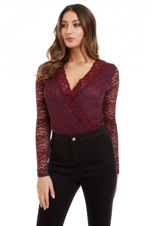 Burgundy spetsblus med V-ringning och svarta skinny jeans