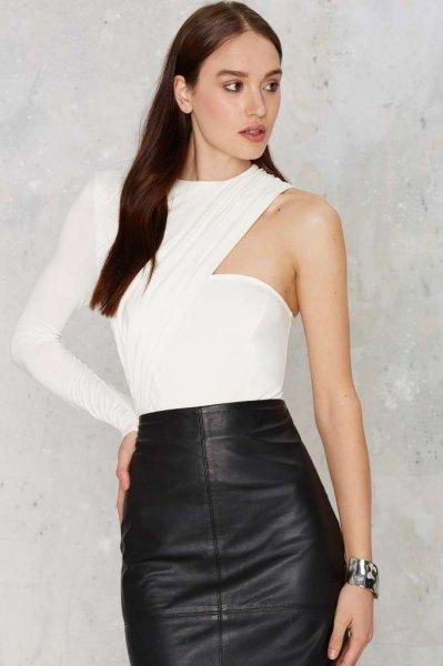vit bodyblus med en ärm och svart läder kjol