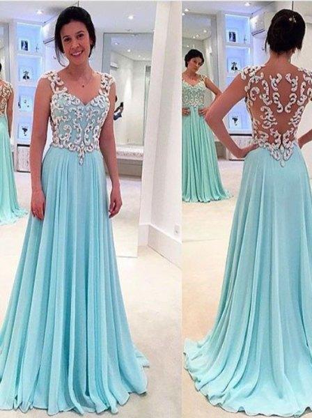 vit och ljusblå golvlång klänning i halvtransparent chiffong