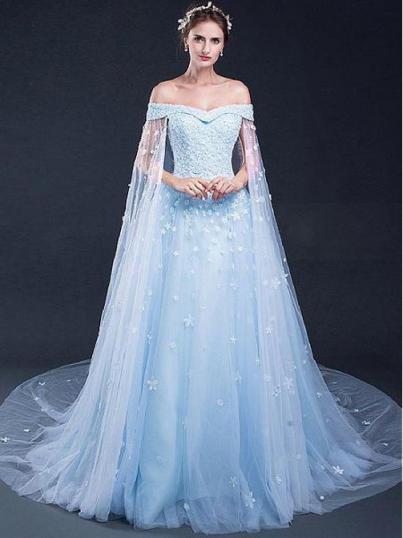 ljusblå chiffongklänning som flyter från axeln