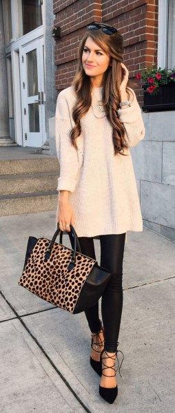 Ljusrosa tunika stickad tröja med svarta, smala läderbyxor