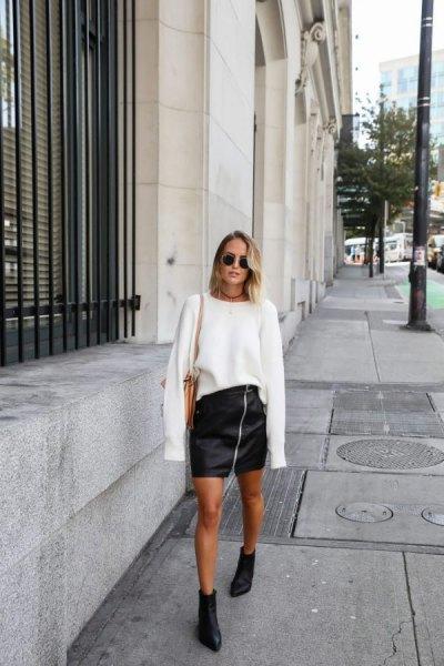 vit överdimensionerad stickad tröja med svart mini läder dragkedja