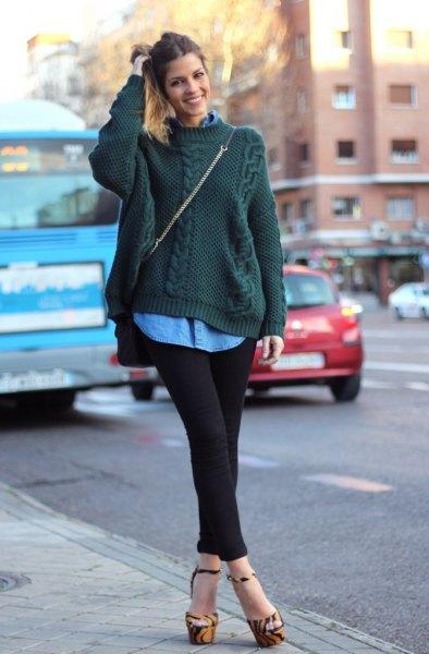 mörkgrön kabelstickad tröja med blå chambrayskjorta med knappar