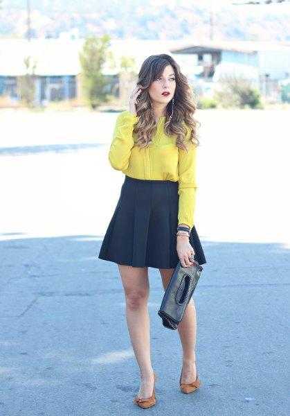 gul skjorta med knappar och svart, flared mini och veckad kjol
