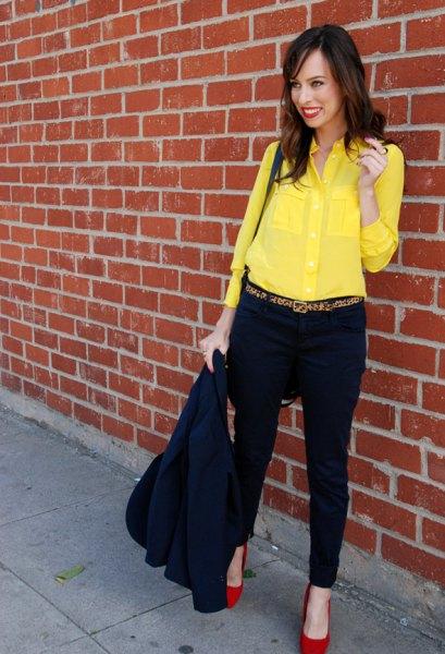 gul skjorta med knappar, svarta chinos och röda klackar