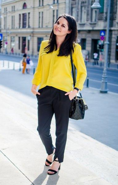 gul skjorta med knappar, svarta chinos och sandaler