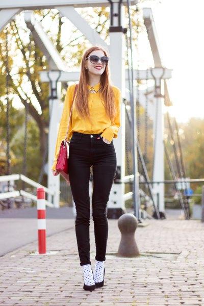 Senapsskjorta med svart crop topp och jeansshorts
