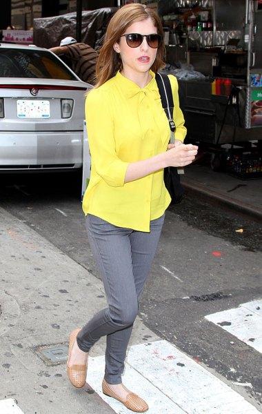 ljusgul skjorta med knappar och grå smala jeans