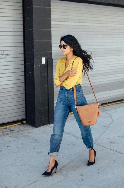 gul skjorta med bundna tvättade mamma jeans