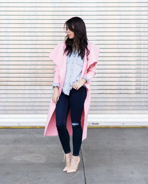 Elfenben longline blazer med en ljusblå chambray skjorta och rodnande rosa klackar