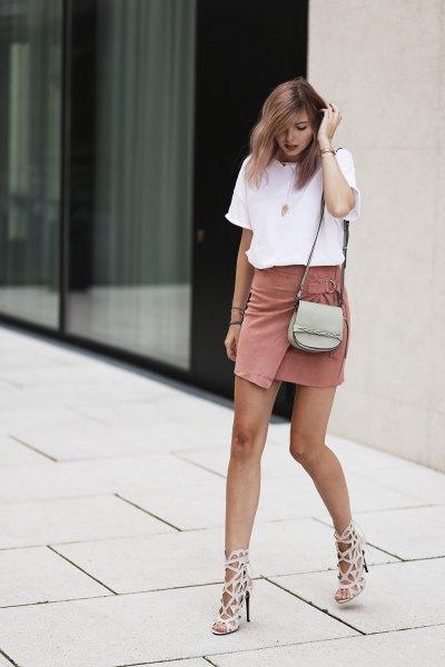vit t-shirt med crepe wrap mini-klänning med rodnande rosa utskärningar