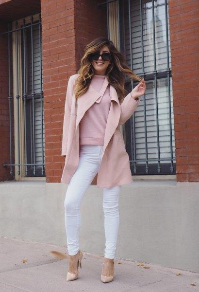 Ullrock med en falsk tröja och rodnande rosa klackar