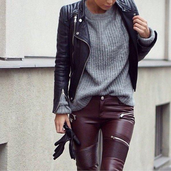 Läderjacka och byxor grå stickad tröja