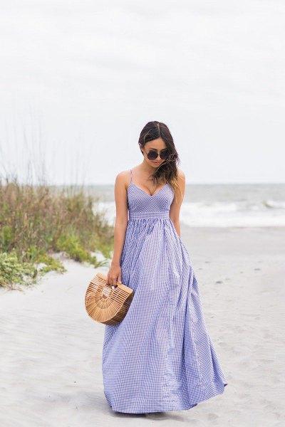 Lavendel spagetti remmar djup v-ringad passform och flare randig klänning