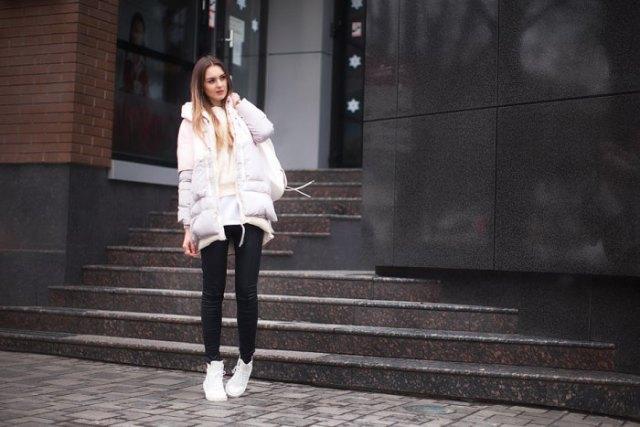 vit, överdimensionerad, vadderad jacka med passande tröja och tunikatröja