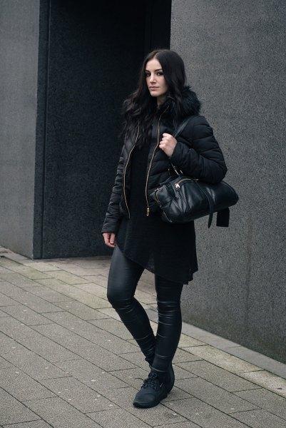 svart quiltad jacka med vadderad fuskpälskrage och läderjackor
