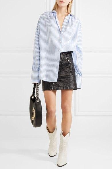 blå och vit randig pojkvänskjorta, svart läder kjol