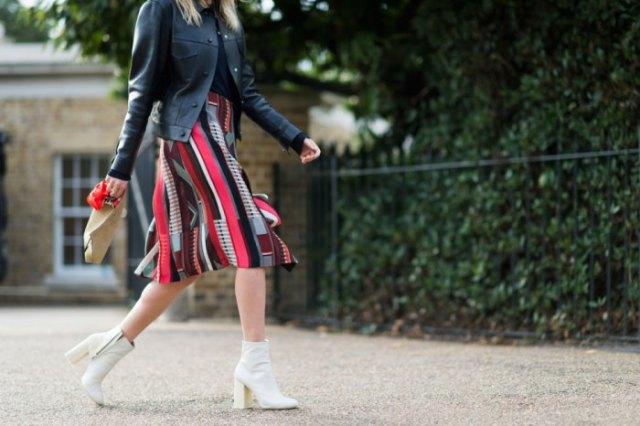 svart knälång kjol med läderjacka