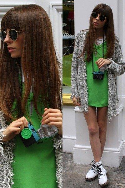vita fotkängor grön miniklänning grå kofta