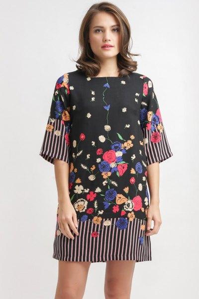 svart bred slida klänning med blommönster