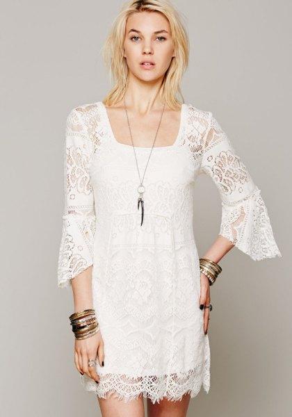 vit spetsskiftklänning med klockärmar