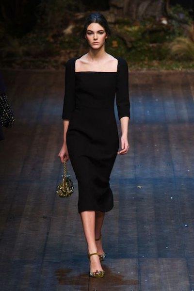 svart bodycon-klänning med trekvartärmar och en fyrkantig urringning