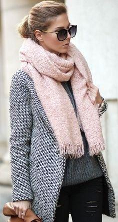 Ljusrosa fransad halsduk med svart och vit tweed-kavaj och läderjackor