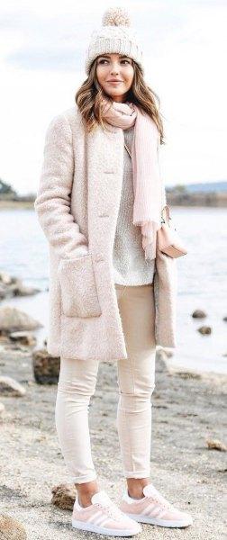 superljusrosa fuzzy kappa med matchande stickad halsduk och stickad hatt