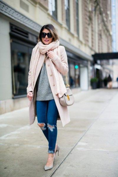 vit ullrock med lång ribblinje och smala jeans med ribbade muddar