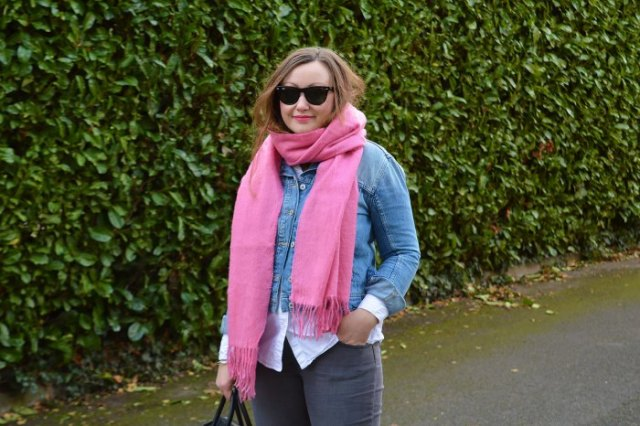 blå jeansjacka med vit skjorta och chockerande rosa halsduk