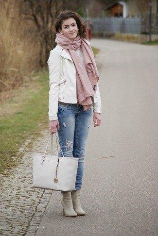 vit läderkavaj med blå jeans med muddar och rosa stövlar med klackar