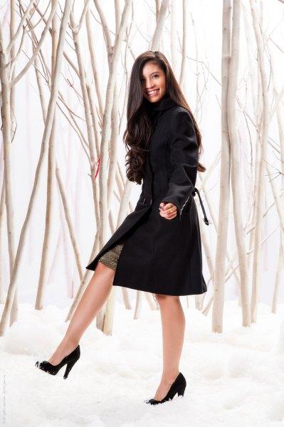 svart midiklänning med spetsiga klackar