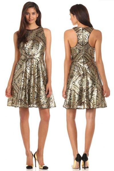 gyllene stam tryckt passform och fläckad klänning