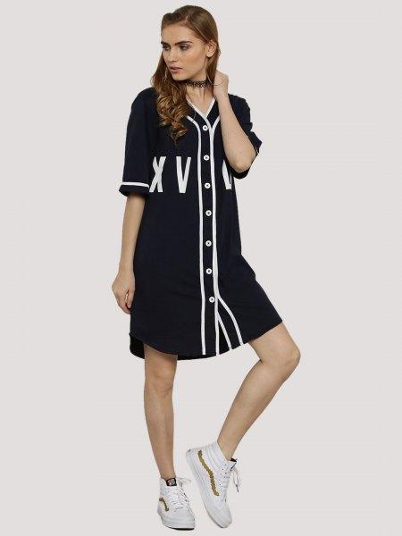 Svartvit skjortklänning med halva ärmar och knappar