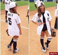vit överdimensionerad basebolltröja med svart crop top och mini jean shorts