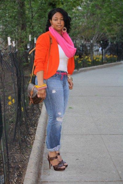 bästa rosa infinity halsduk och blå jeans