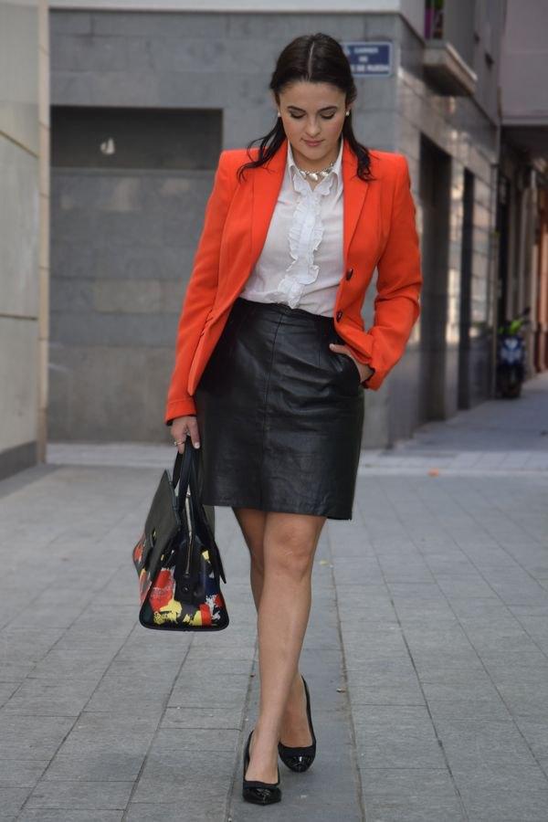 bästa orange jacka med vit frillad blus och svart läder minikjol