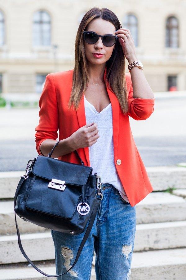 bästa orange blazer med vit djup V-ringad t-shirt och rippade jeans