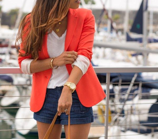 bästa orange blazer med vit V-ringad t-shirt och mörkblå mini-shorts