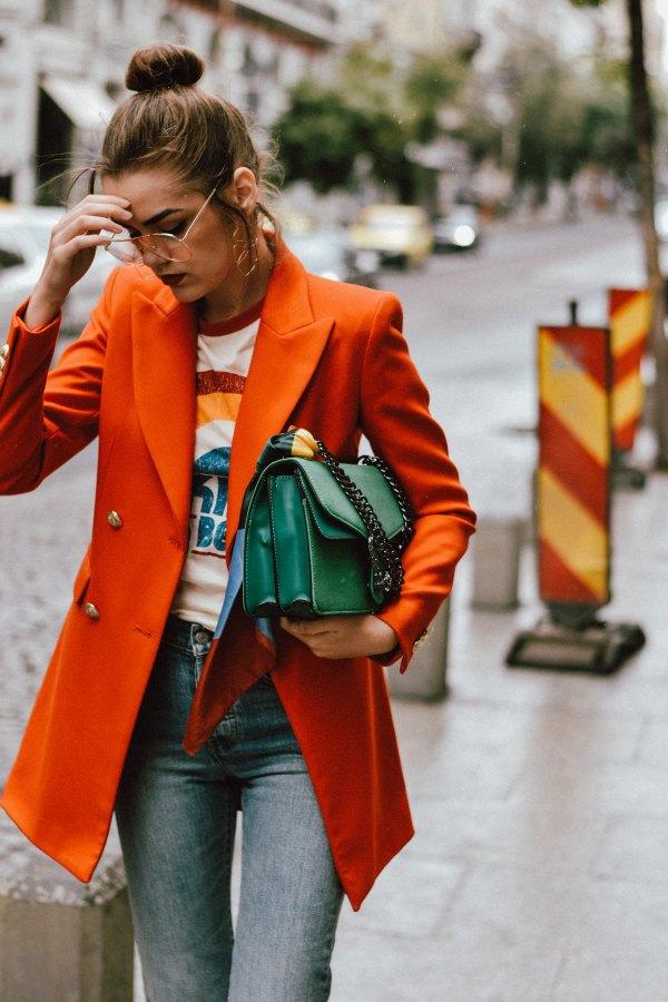 bästa orange överdimensionerade dubbelknäppta kostym med tryckt t-shirt och grå jeans