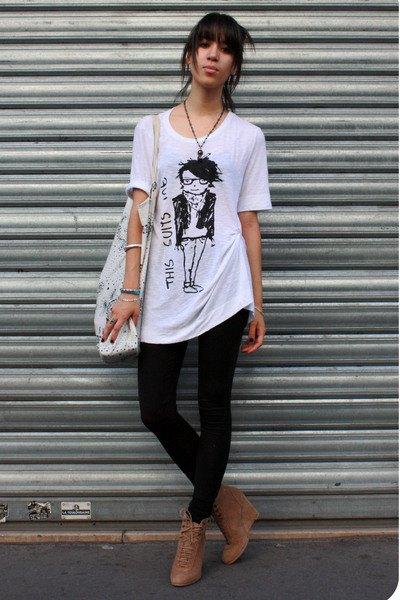 svarta leggings ankelstövlar vit oversized t-shirt