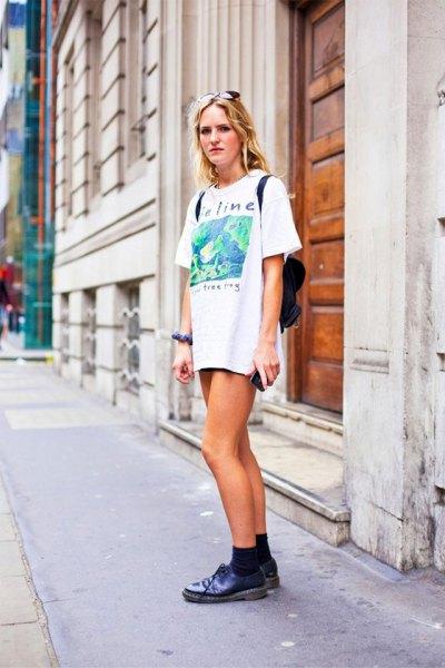 T-shirt klänning jeansshorts outfit idéer