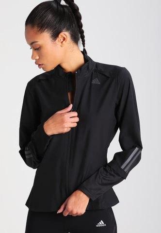 svart sportrock med matchande t-shirt och nylonlöpningsshorts