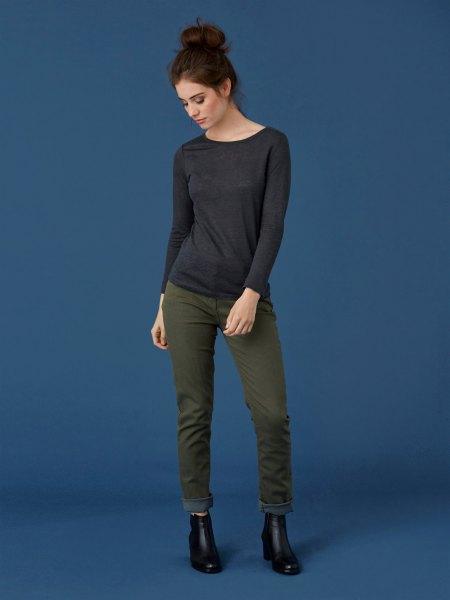 svart långärmad t-shirt med grå slim fit jeans