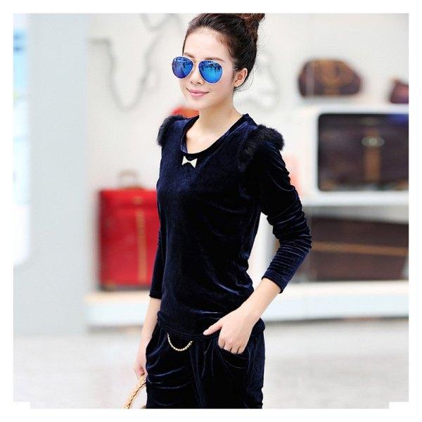 Långärmad slim fit t-shirt i mörkblå sammet med svarta jeans