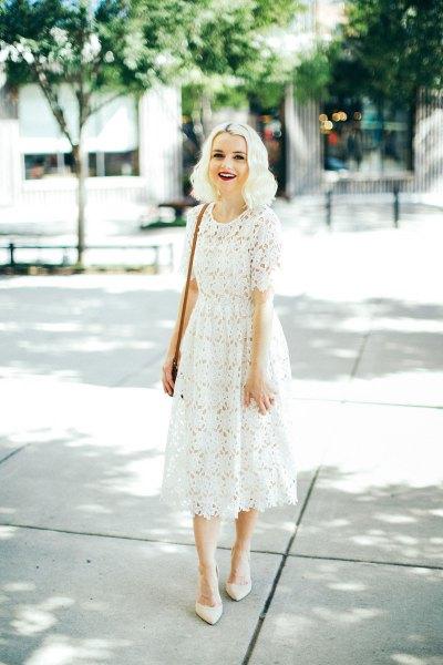 vit midiklänning med spetsiga klackar