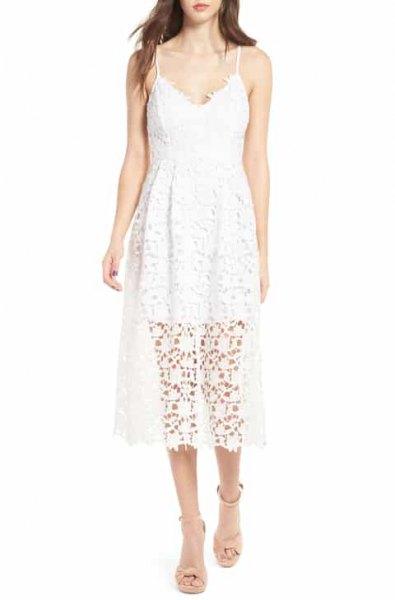 vit midiklänning med V-ringning och flare med rosa öppna tåklackar